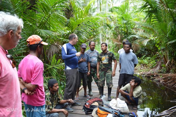 Mark Erdmann negociating with the Military while we collected, Sungai Galalou. Photo by H. Bleher
